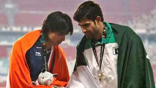 Nadeem saludando a Shivpal Singh de la India.