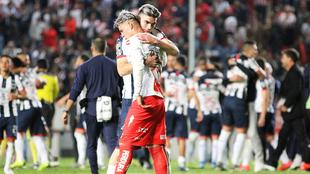 Calderón es consolado tras ser eliminado.