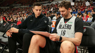 Pau Gasol en el banquillo de los Portland Trail Blazers con Zach...