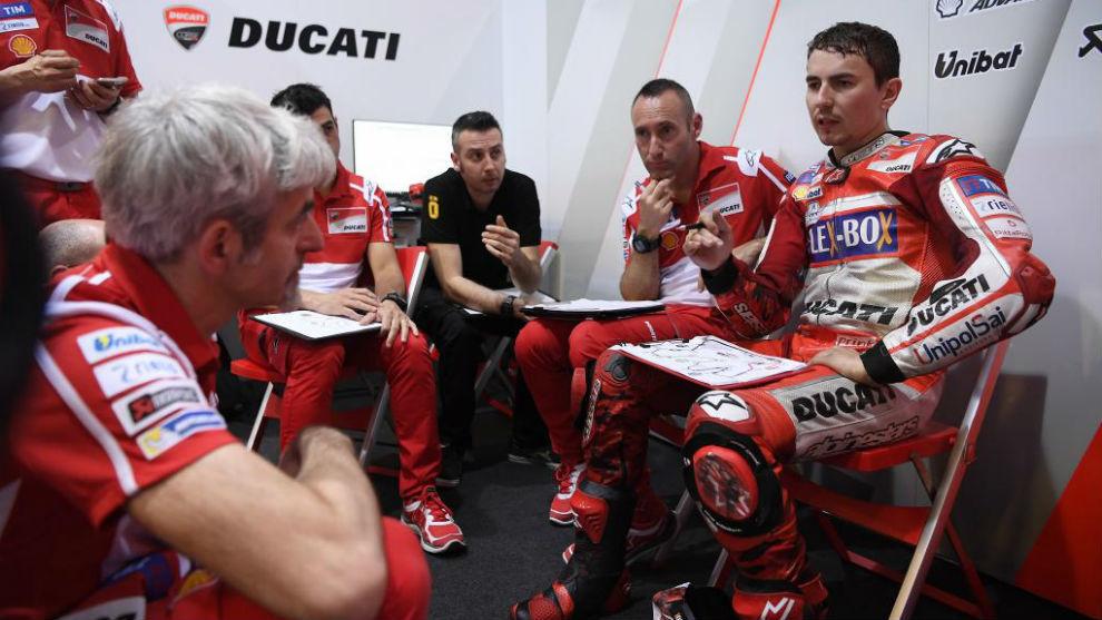 Gigi Dall'Igna charla con Jorge Lorenzo en el box de Ducati.