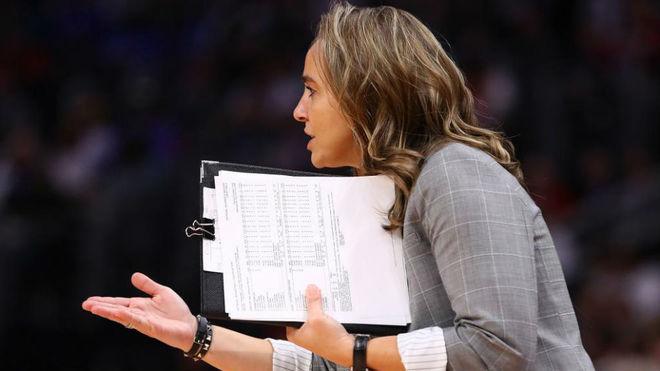 Becky Hammon ejerciendo de ayudante en los Spurs
