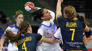 Almudena Rodríguez lanza entre las defensoras suecas /
