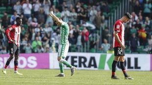 Joaquín celebra uno de sus goles al Athletic ante la desolación de...