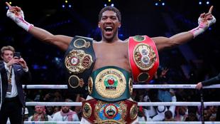 Anthony Joshua, campeón del mundo de peso completo del IBF, WBA y...