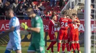 Los jugadores del Girona celebran uno de los tres tantos de Stuani al...