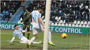 Mario Balotelli marca a placer el gol del Brescia ante la SPAL.