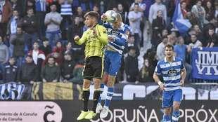 Puado, autor del segundo gol del Zaragoza, disputa un balón aéreo...