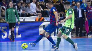 Lozano golpea el balón ante la presencia de Borja.