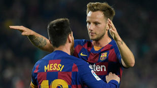 Rakitic se abraza a Messi