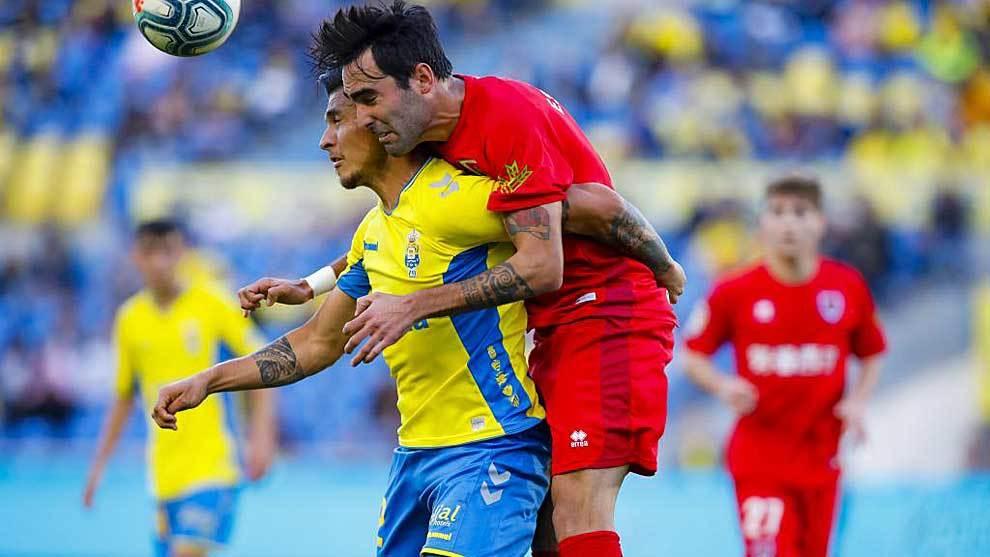 Escassi y Narváez, dos de los goleadores del partido, disputan un...