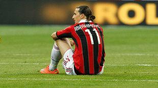 Ibrahimovic, sentado en el césped durante su etapa en el Milan.