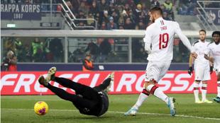 Theo Hernandez bate a Skorupsi en su gol al Bolonia