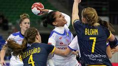 Almudena Rodríguez lanza entre las defensoras suecas