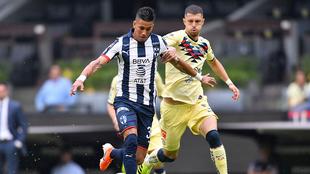 Meza y Rodríguez luchan por el esférico.