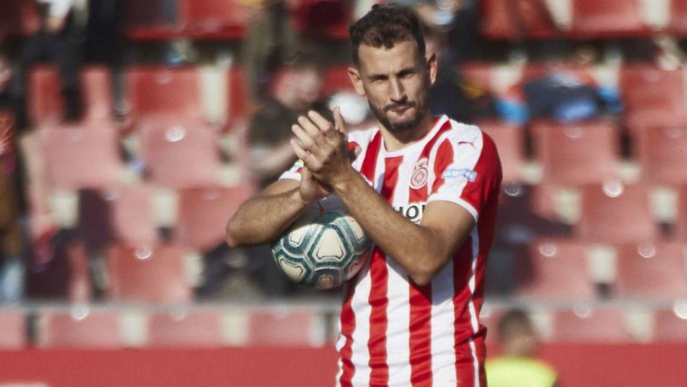 Stuani, con el balón tras anotar un hat-trick al Lugo.
