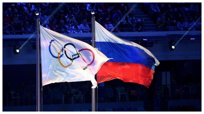 Banderas del COI y Rusia en la ceremonia de inauguración de los...