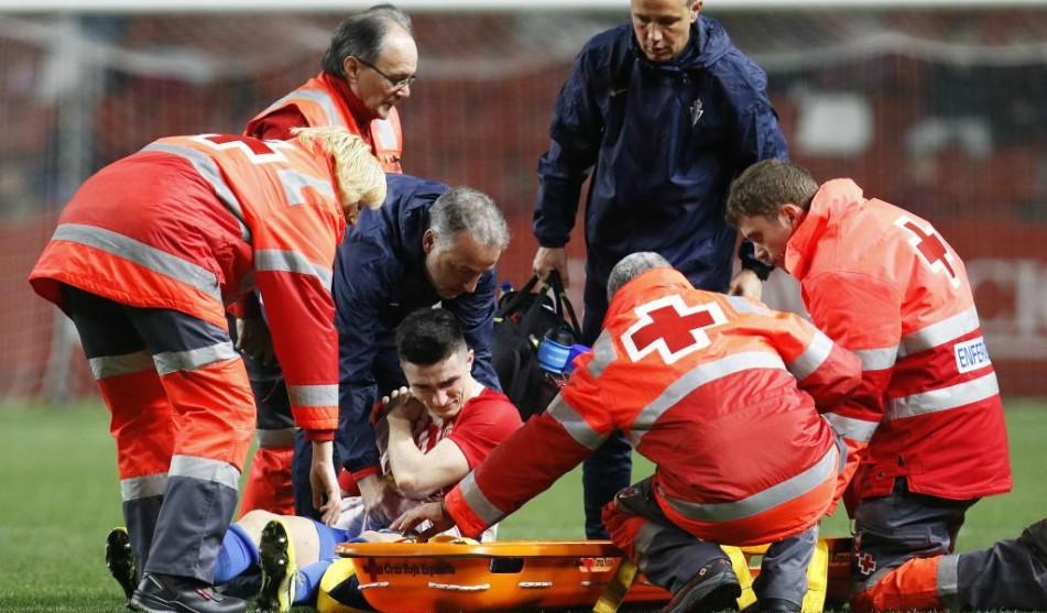 Manu García, lesionado, sale del campo en camilla
