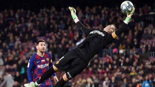 Manolo Reina vuela para atajar un balón ante Messi.
