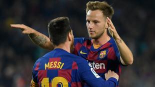 Rakitic y Leo Messi celebran un gol.
