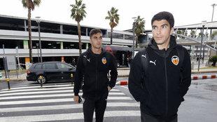 Ferran Torres y Carlos Soler en el aeropuerto de Valencia.