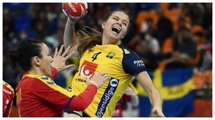 La sueca Mellegard tira a puerta ante Rumanía.