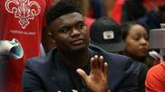 Zion Williamson aplaudiendo a sus compañeros en el banquillo de los...