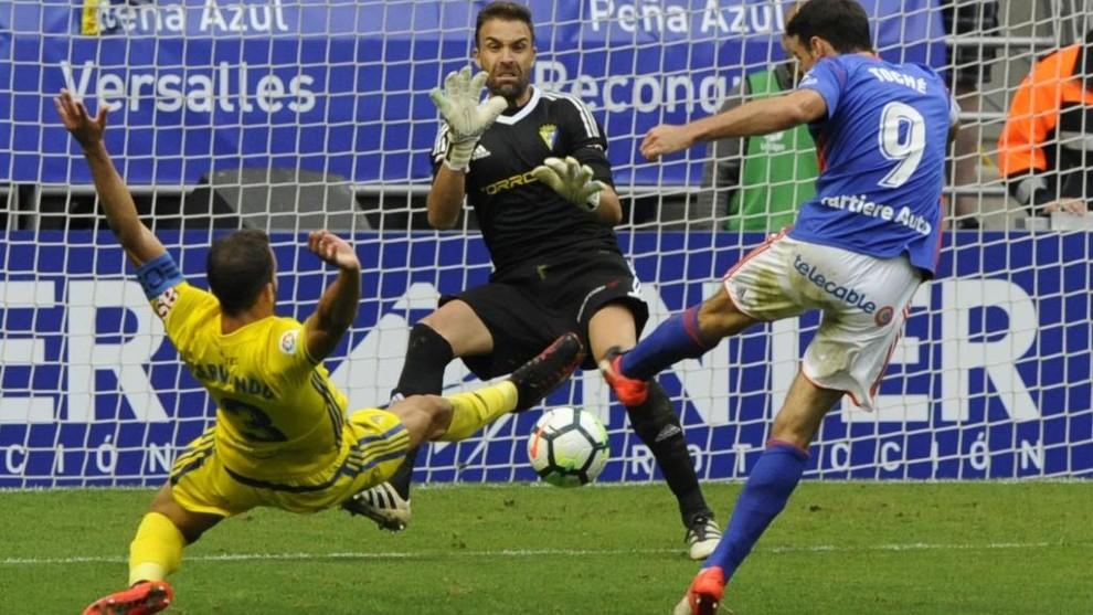 Toché marca el gol de la victoria del Oviedo sobre el Cádiz en la...