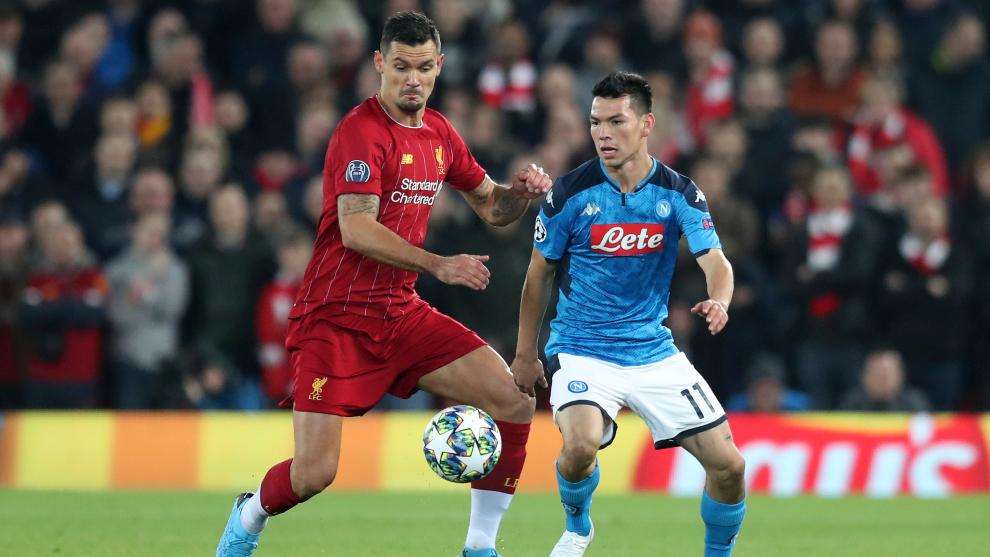 Lozano durante el partido ante Liverpool.