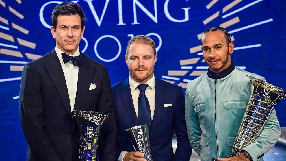 Toto Wolff, Valtteri Bottas y Lewis Hamilton.