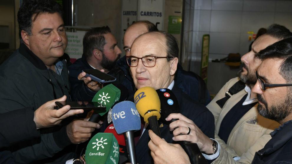 Castro atiene a los periodistas en el aeropuerto de Sevilla.