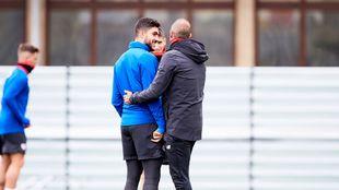 Garitano abraza a Núñez durante el entrenamiento de este miércoles.
