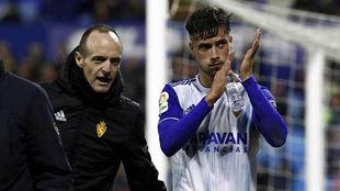 Puado aplaude a La Romareda tras er sustituido ante el Girona.