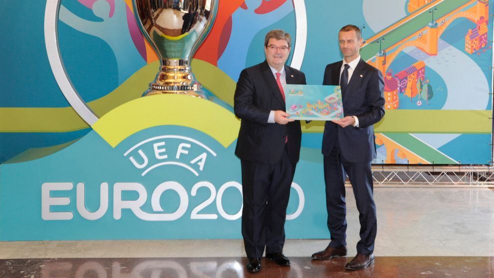 El alcalde Aburto y Ceferin, presidente de UEFA, durante la...