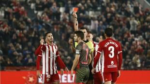 Areces Franco enseña la roja a Álvaro Peña la pasada jornada en...