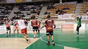 Un momento del partido entre el Huesca y el Nava /