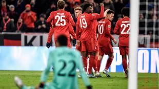 Los futbolistas del Bayern celebran uno de los goles marcados al...