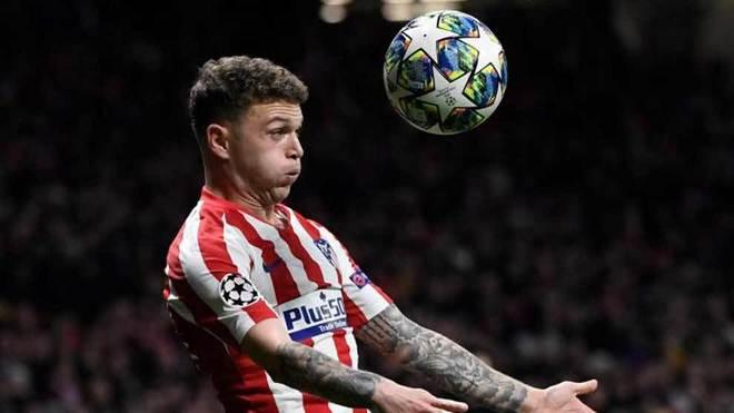 Trippier intenta controlar el balón en el partido ante el Atlético.