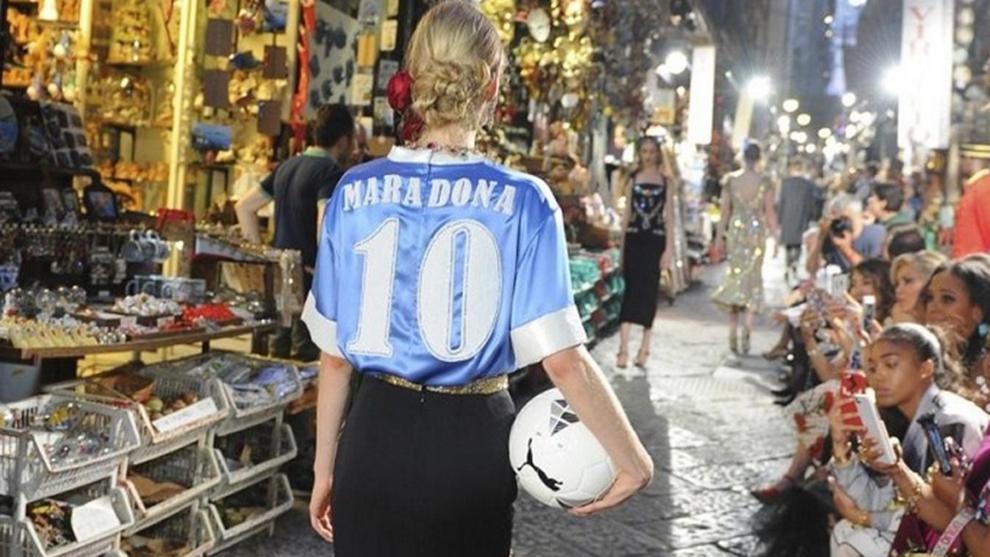 Modelo de 'Dolce & Gabbana' con la camiseta del Nápoles de Maradona...