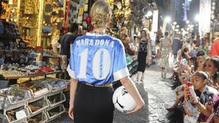Modelo de 'Dolce & Gabbana' con la camiseta del Nápoles...