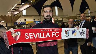 Dabbur posa con una bufanda del Sevilla.