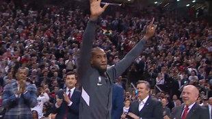 Kawhi Leonard saluda a la afición de los Raptors