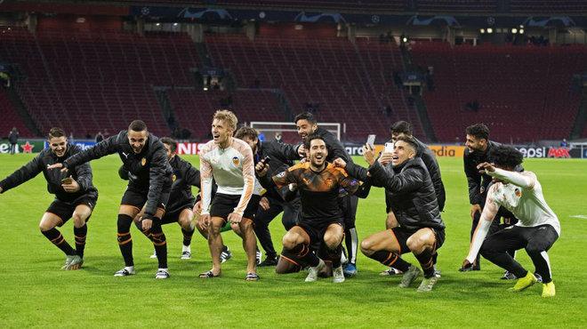 Los jugadores celebran la clasificación con los aficionados en...
