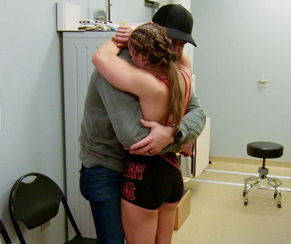 Ronda Rousey abrazando a su marido Travis Browne