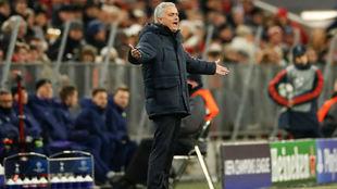 Mourinho grita a sus jugadores.