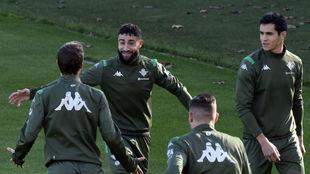 Fekir, sonriente, en el entrenamiento de este jueves.