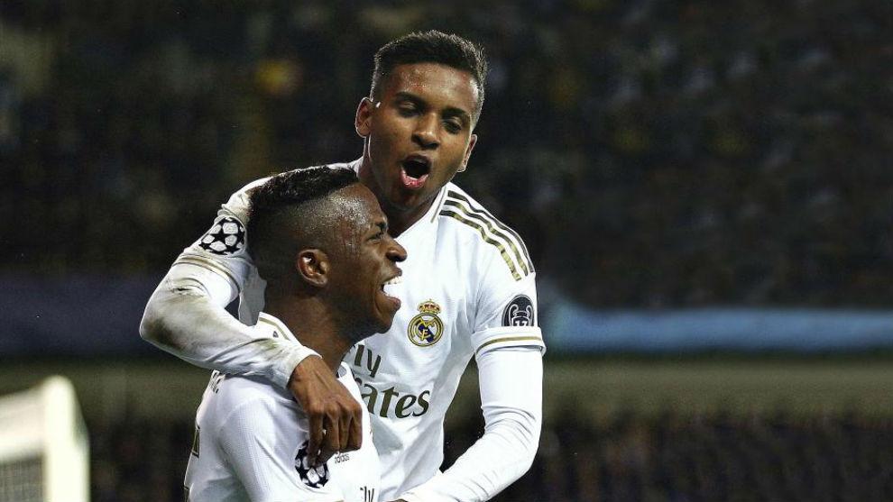 Rodrygo celebra con Vinícius el segundo gol del Madrid en Brujas.