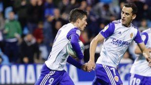 Soro, con el balón en los brazos, celebra su gol al Mirandé.