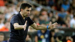 Asier Garitano da instrucciones a sus jugadores durante el partido...