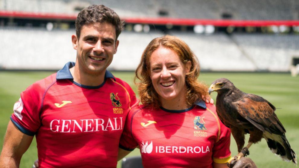 Paco Hernández y Bárbara Pla, capitanes, posan junto a un ave rapaz.