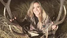 Polémica por una cazadora que publica imágenes sexys junto a los animales que mata